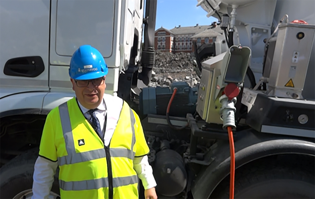 Ministry of Climate and Environment, Atle Hamre starts the electric concrete mixer